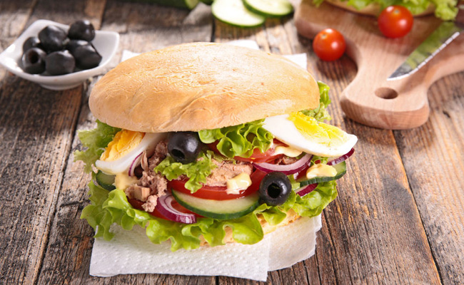 pan bagnat recette du sandwich aux anchois olives et poivron. Black Bedroom Furniture Sets. Home Design Ideas